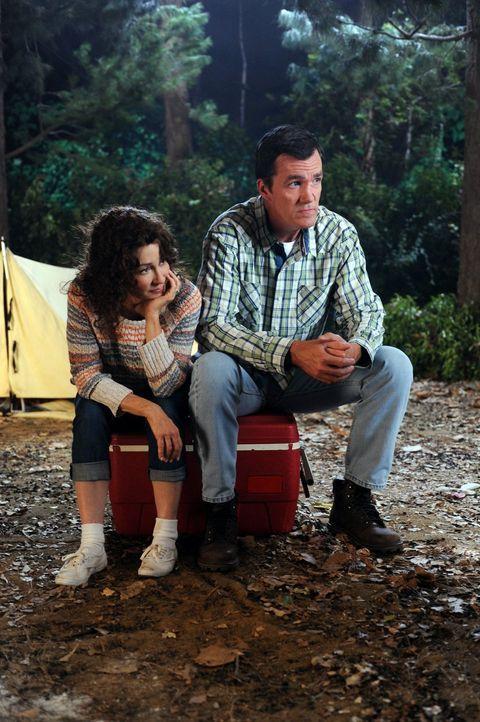 Frankie (Patricia Heaton, l.) und Mike (Neil Flynn, r.) schwelgen in Erinnerungen, während sie mit ihren Kindern campen gehen. Auf diese Art hatten... - Bildquelle: Warner Brothers