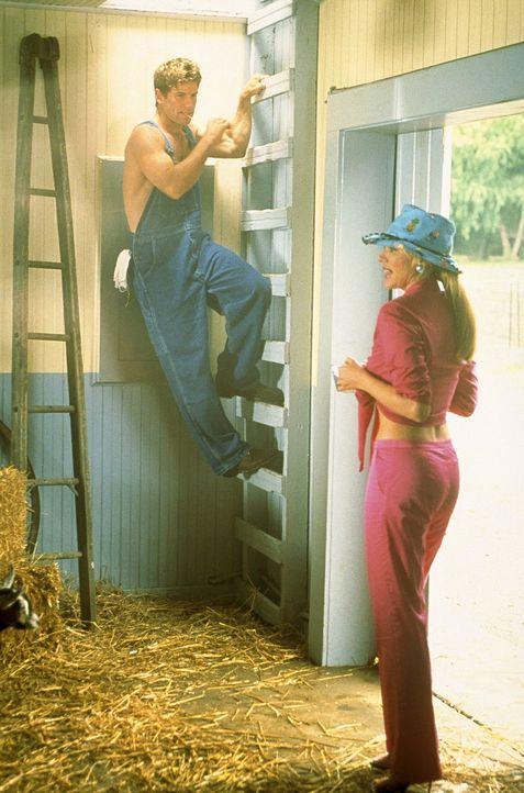 In Gestalt eines jungen, kräftigen Farmers - namens Luke (Christopher Braden Jones, l.) - ist das Wochenede für Sam (Kim Cattrall) in der Wildnis ge... - Bildquelle: Paramount Pictures