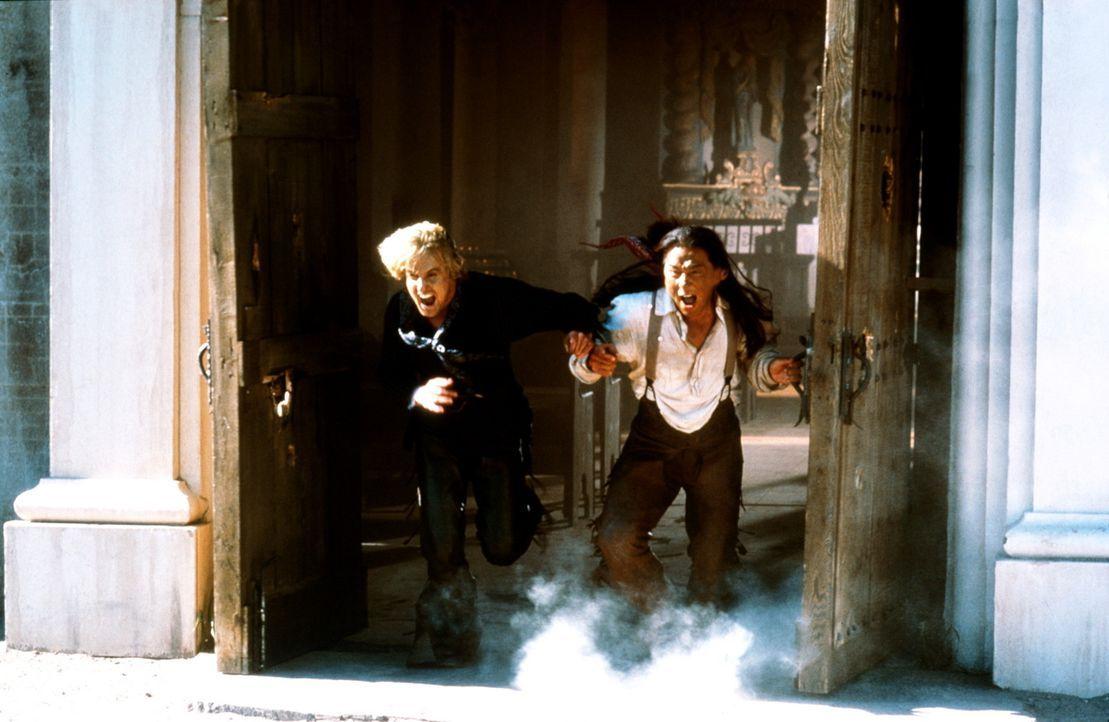 Immer wieder stolpern Möchtegern-Ganove Roy O'Bannon (Owen Wilson, l.) und der unbedarfte Chon (Jackie Chan, r.) von einer grotesken Situation in d... - Bildquelle: SPYGLASS ENTERTAINMENT GROUP, LP