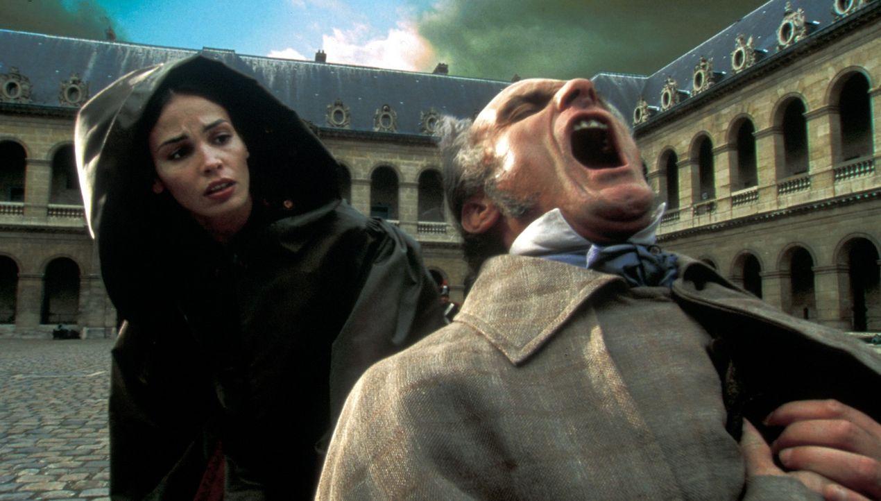 Préah (Inés Sastre, l.) wird Zeuge, wie Ernest Lafitte (Gilles Arbona, r.) ums Leben kommt - doch wer ist der Mörder? - Bildquelle: Studio Canal