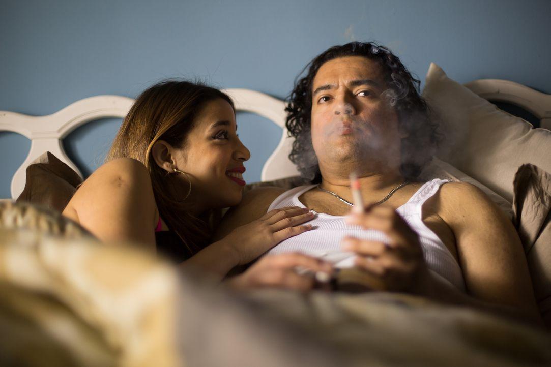 Der verheiratete Familienvater Carlo Hernandez (r.) im Bett mir der attraktiven Dolores (l.). Erfährt seine Frau von dem Ehebruch? Und ist dies soga... - Bildquelle: Darren Goldstein Cineflix 2014