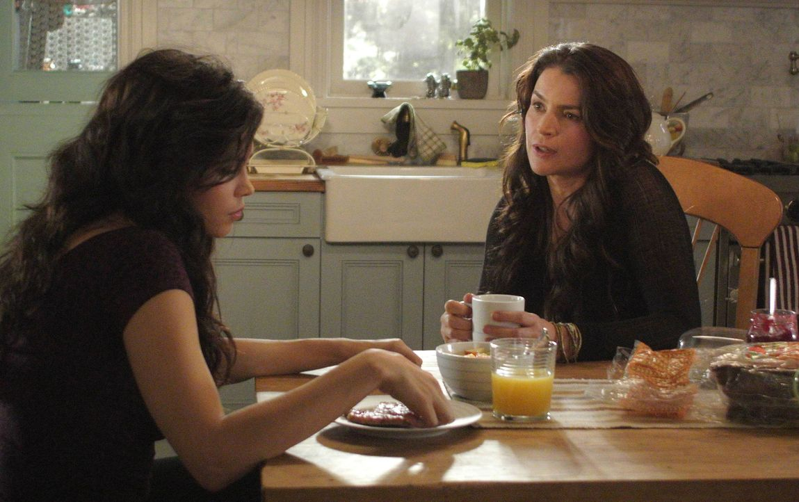 Eigentlich möchte Joanna (Julia Ormond, r.) ihrer Tochter Freya (Jenna Dewan-Tatum, l.) einen wunderschönen Hochzeitstag bescheren, doch das Böse... - Bildquelle: 2013 Lifetime Entertainment Services, LLC. All rights reserved.