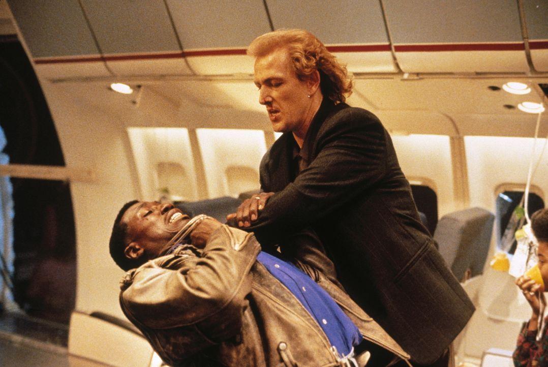 Über den Wolken beginnt ein mörderischer Kampf zwischen John Cutter (Wesley Snipes, l.) und dem Terroristen Rane (Bruce Payne, r.) ... - Bildquelle: Warner Bros.