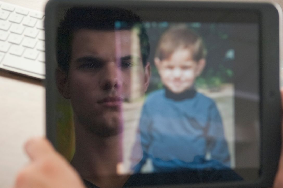 Der 17-jährige Schüler Nathan (Taylor Lautner) ist ein ganz normaler Teenager, bis er auf einer Webseite für vermisste Personen ein Kinderfoto von s... - Bildquelle: 2011, Vertigo Entertainment, Gotham Group, Tailor Made, Quick Six Entertainment, Lionsgate Films Inc.