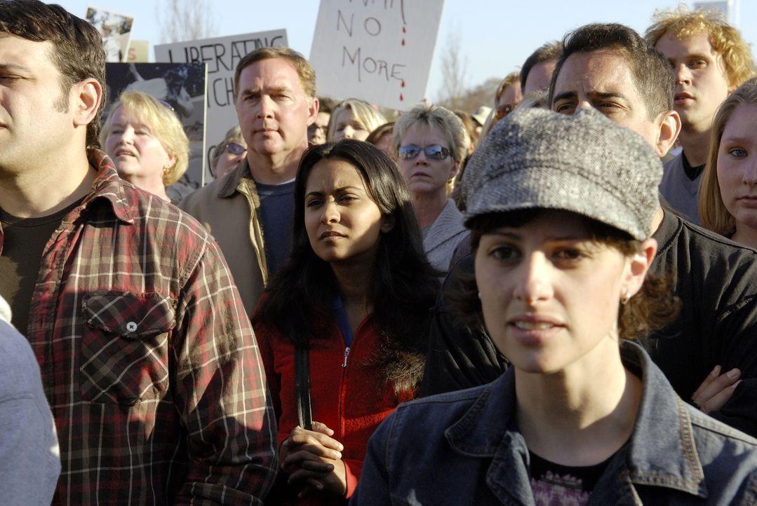Neela (Parminder Nagra, M.), die nach dem Besuch bei Ray völlig durcheinander ist, gerät in eine Anti-Kriegs Demo ... - Bildquelle: Warner Bros. Television