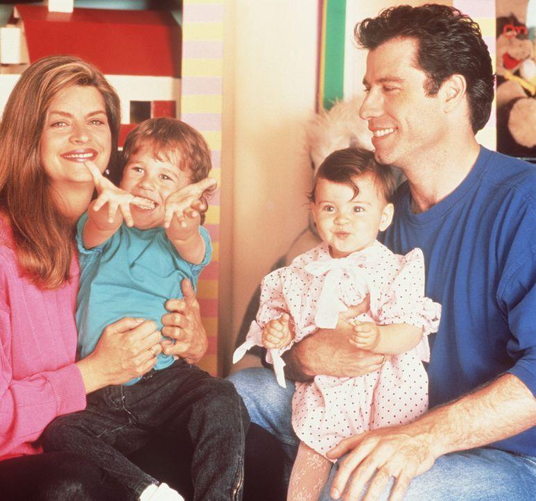 Der kleine Mikey (Lorne Sussman, 2.v.l.) hat es geschafft -  seine Mutter Mollie (Kristie Alley, l.) hat Dank seiner Hilfe den charmanten Taxifahrer... - Bildquelle: TriStar Pictures