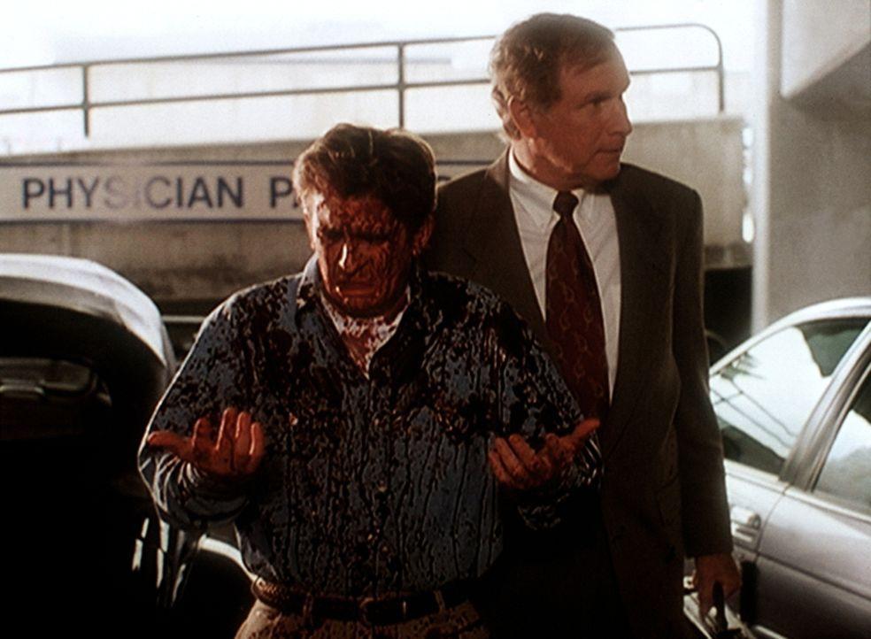 Dr. Morrissey (Wayne Rogers, l.), der Tierversuche durchführt, wird von Tierschützern mit Farbbeuteln beworfen. - Bildquelle: Viacom