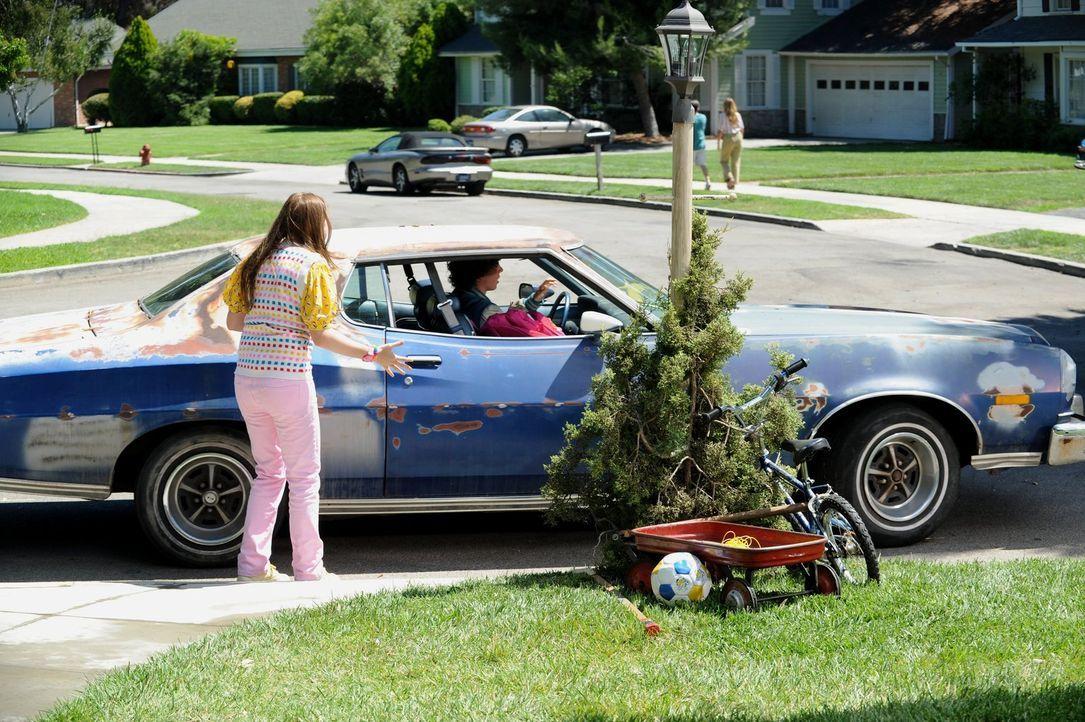 Sue (Eden Sher, l.) ist wegen ihres ersten Tags in der Highschool furchtbar aufgeregt und bombardiert ihren Bruder Axl (Charlie McDermott, r.) mit a... - Bildquelle: Warner Brothers