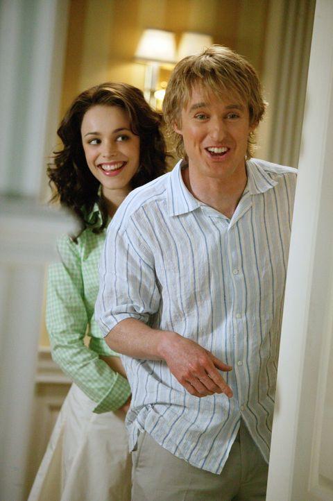 Schon bald hat John (Owen Wilson, r.) sein Herz rettungslos an Claire (Rachel McAdams, l.) verloren. Da lässt er sich darauf ein, auch noch ein ganz... - Bildquelle: Warner Bros. Television