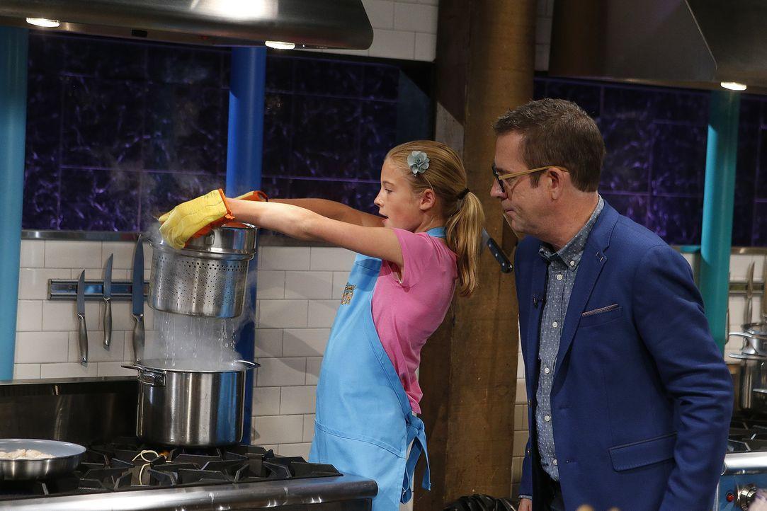 Lyla (l.) gibt in der Küche alles und will ihre Zwillingsschwester schlagen. Ted (r.) ist gespannt, wer geschmacklich überzeugender sein wird ... - Bildquelle: Jason DeCrow 2015, Television Food Network, G.P. All Rights Reserved