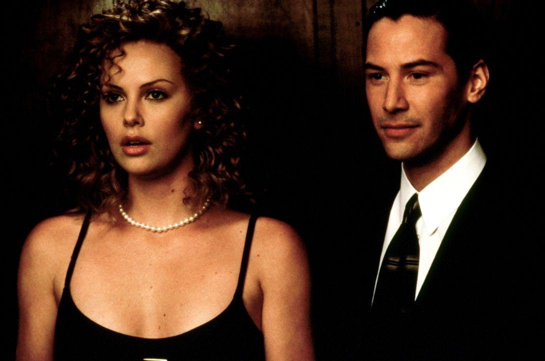 Weil Kevin Lomax (Keanu Reeves, r.) ein exzellentes Jobangebot erhält, verlassen er und seine Frau Mary Ann (Charlize Theron, l.) die Provinz und ko... - Bildquelle: Warner Bros.