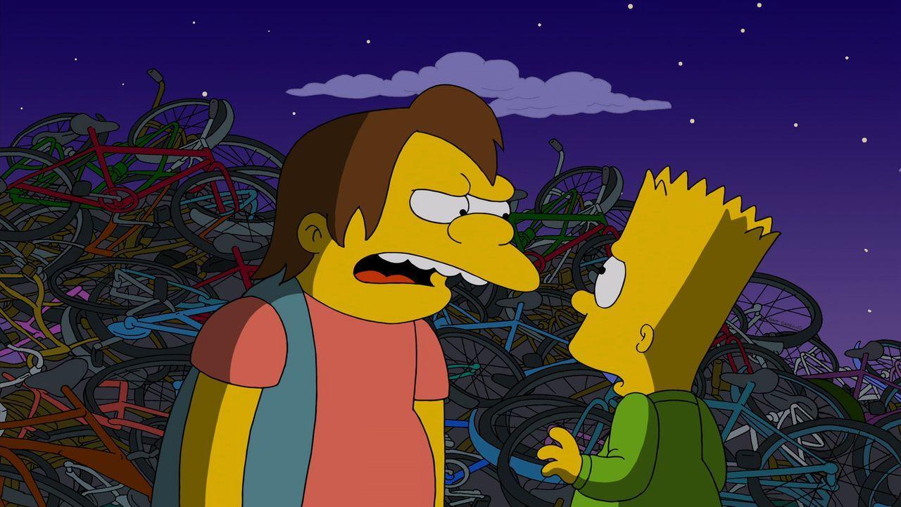 Bart (r.) wird von einem halbstarken Rowdy (l.) bedroht - er ahnt noch nicht, dass dieses Erlebnis seinen Vater Homer verändern wird ... - Bildquelle: 2013 Twentieth Century Fox Film Corporation. All rights reserved.