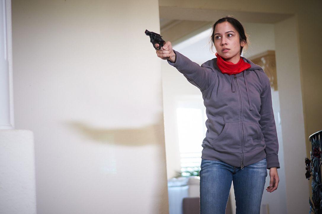 Eigentlich leben die Borges in einer ruhigen Vorstadtgegend, doch plötzlich überfallen Bianca und ihre Gang die hilflose Familie ... - Bildquelle: Steven Lungley Cineflix 2014