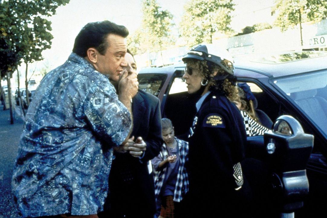 Um Daniel (David Paymer, M.) am Reden zu hindern, greift der naive Kidnapper Franklin Laszlo (Tom Arnold, l.) bei den Verhandlungen mit der strengen... - Bildquelle: Warner Bros.