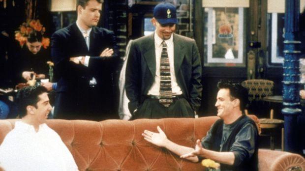 Ross (David Schwimmer, l.) und Chandler (Matthew Perry, r.) fühlen sich von z...