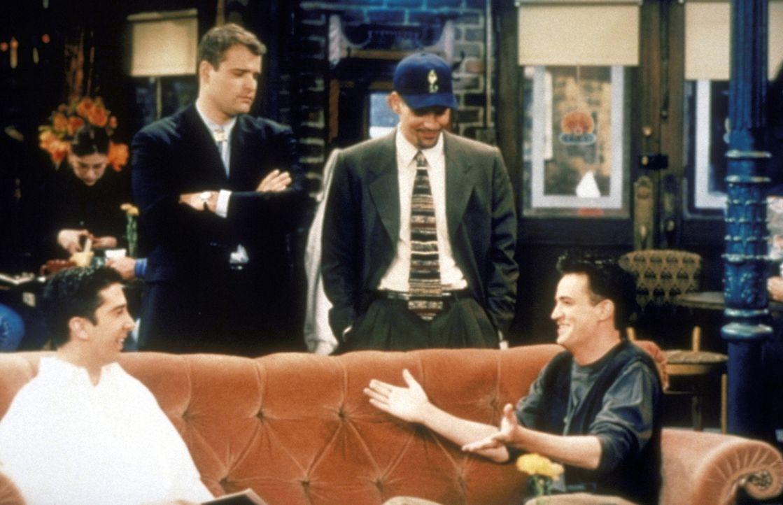 Ross (David Schwimmer, l.) und Chandler (Matthew Perry, r.) fühlen sich von zwei kräftig gebauten Typen provoziert. - Bildquelle: TM+  2000 WARNER BROS.