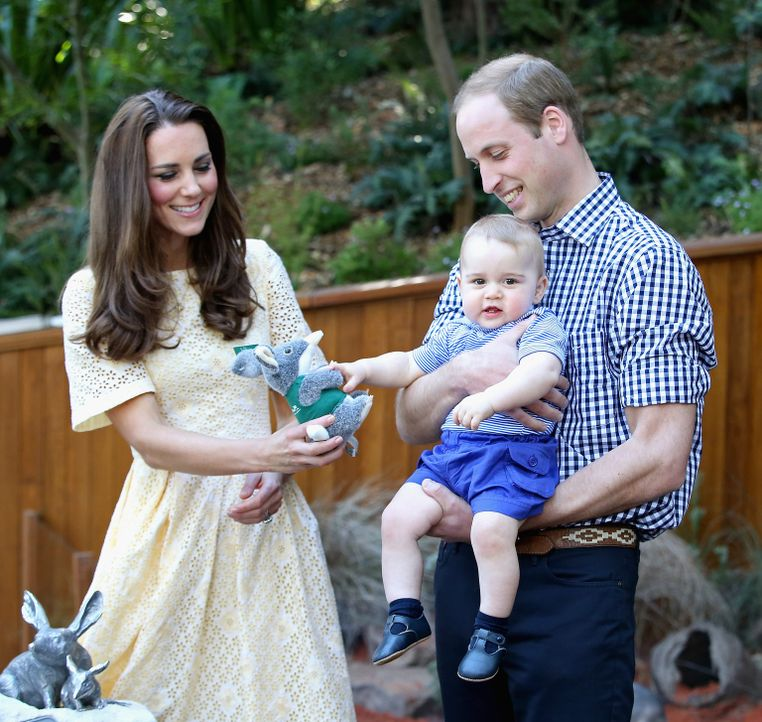 Zu Besuch im Taronga Zoo in Sydney am 20. April 2014: Prince William (r.), seine Gattin Catherine (l.) und der kleine Prince George (M.) ... - Bildquelle: Chris Jackson 2014 Getty Images
