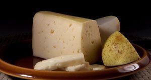 Selbst gemachte Knödel mit Tilsiter: Der Käse sorgt für einen kräftigen Gesch...
