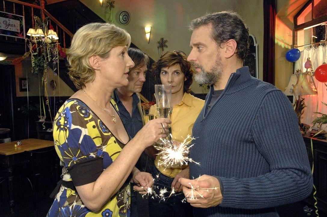 Susanne ahnt nicht, mit wem sie da auf das Neue Jahr anstößt ... v.l.n.r.: Susanne (Heike Jonca), Armin (Rainer Will), Steffi (Karin Kienzer), Ulric... - Bildquelle: Claudius Pflug Sat.1