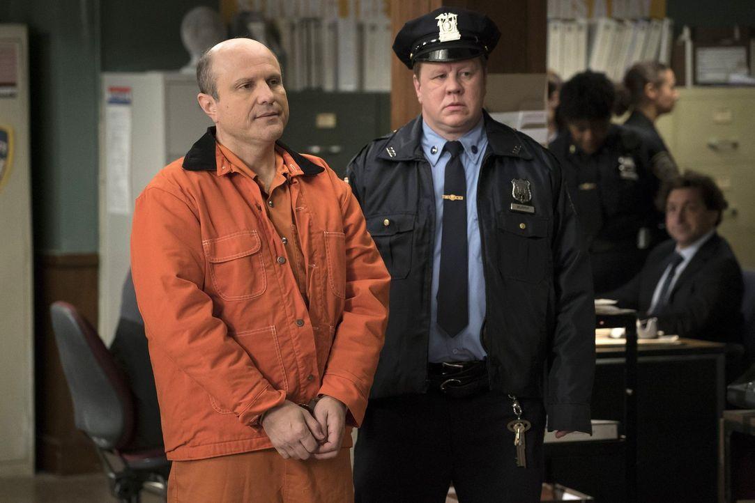 Als ein lange nicht aktiver Serienkiller wieder aktiv ist, wird Lauras alter Captain Dan Hauser (Enrico Colantoni, l.) von der Polizei (Kevin Anton,... - Bildquelle: 2015 Warner Bros. Entertainment, Inc.