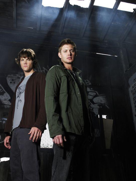 (2. Staffel) - Auf der Jagd nach dem Bösen: Sam (Jared Padalecki, l.) und Dean Winchester (Jensen Ackles, r.) ... - Bildquelle: Warner Bros. Television