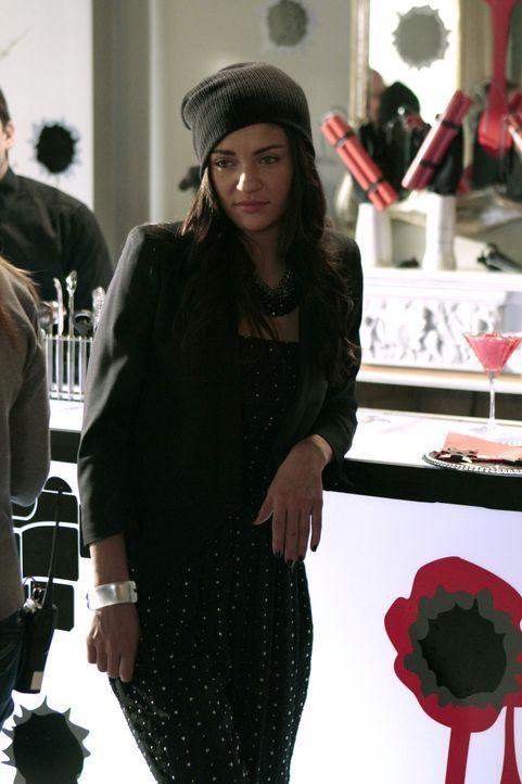 Vanessa (Jessica Szohr) freut sich darauf, Dan bei dieser modernen Version von 'Räuber-und-Gendarme' ein bisschen aus der Reserve zu locken. - Bildquelle: Warner Brothers