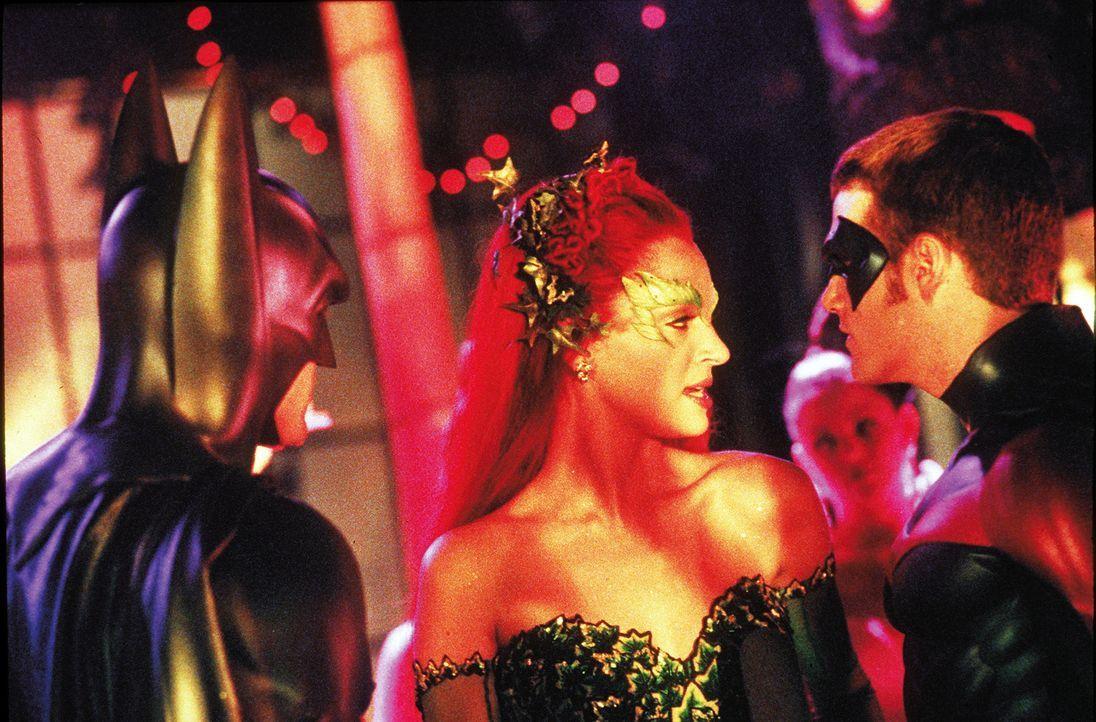 Poison Ivys (Uma Thurman, Mitte) verführerische Wirkung macht auch vor Robin (Chris O'Donnell, r.) nicht halt - und stellt dessen Freundschaft mit B... - Bildquelle: Warner Bros. Pictures
