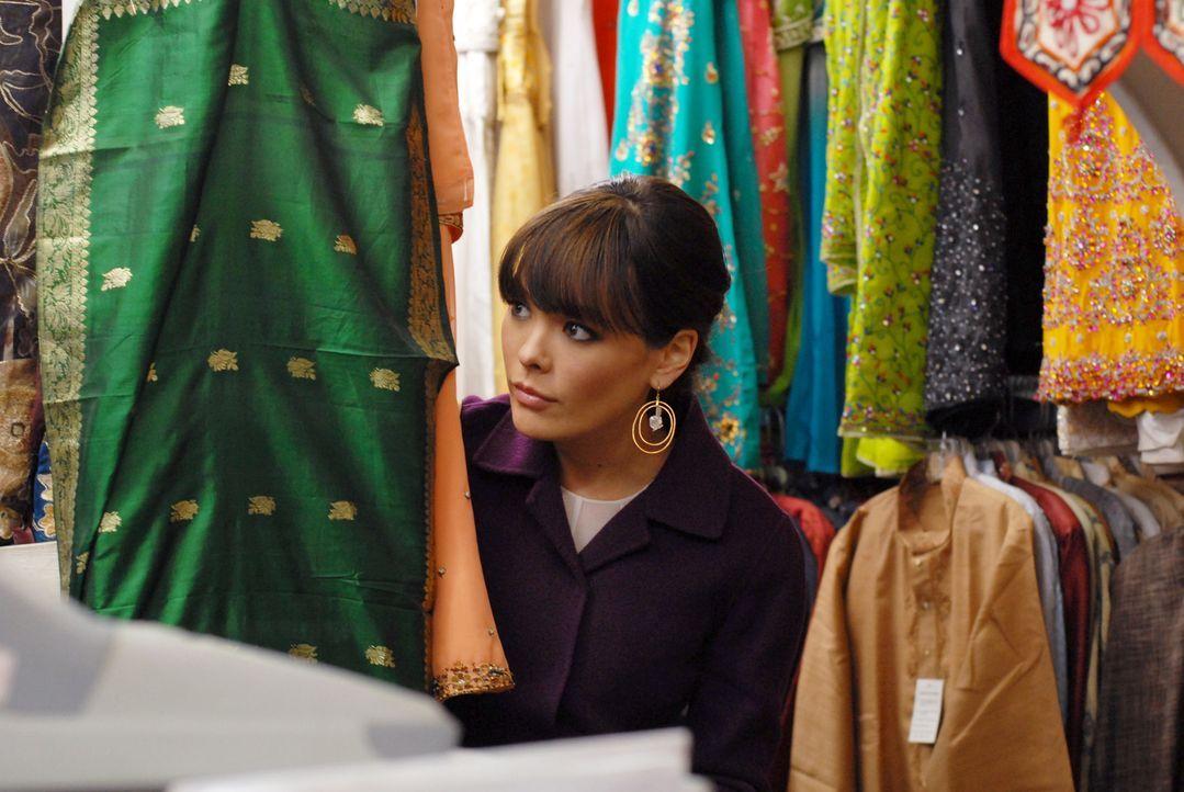 Muss sich einiges einfallen lassen, um Schauspielerin Chloe für den Abend indisch aussehen zu lassen: Victory (Lindsay Price) ... - Bildquelle: 2004 NBC, Inc.