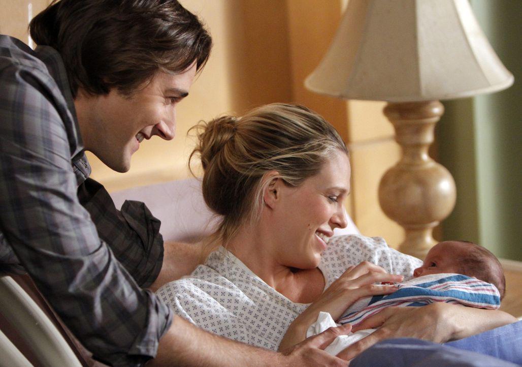 Endlich ist das Baby da! Ryan (Ryan Eggold, l.) und Jen (Sara Foster, r.) sind überglücklich ... - Bildquelle: 2010 The CW Network. All Rights Reserved.