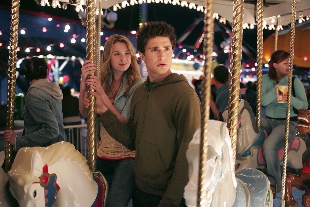Bei einem Rummelbesuch mit Amanda (Kirsten Prout, l.) nutzt Klye (Matt Dallas, r.) sein hypersensibles Gehör und bekommt dadurch ein für ihn sehr... - Bildquelle: TOUCHSTONE TELEVISION