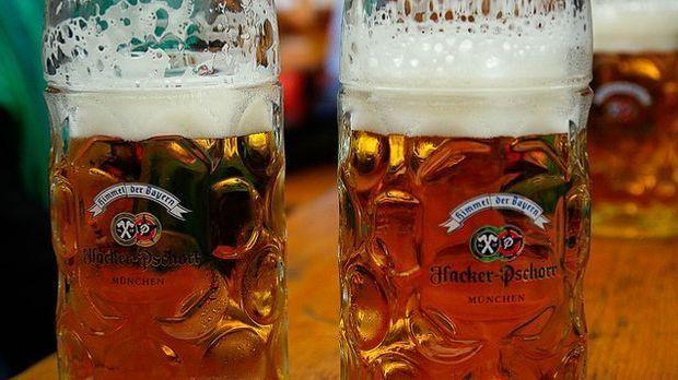 Masskrüge mit Bier auf einem Biertisch