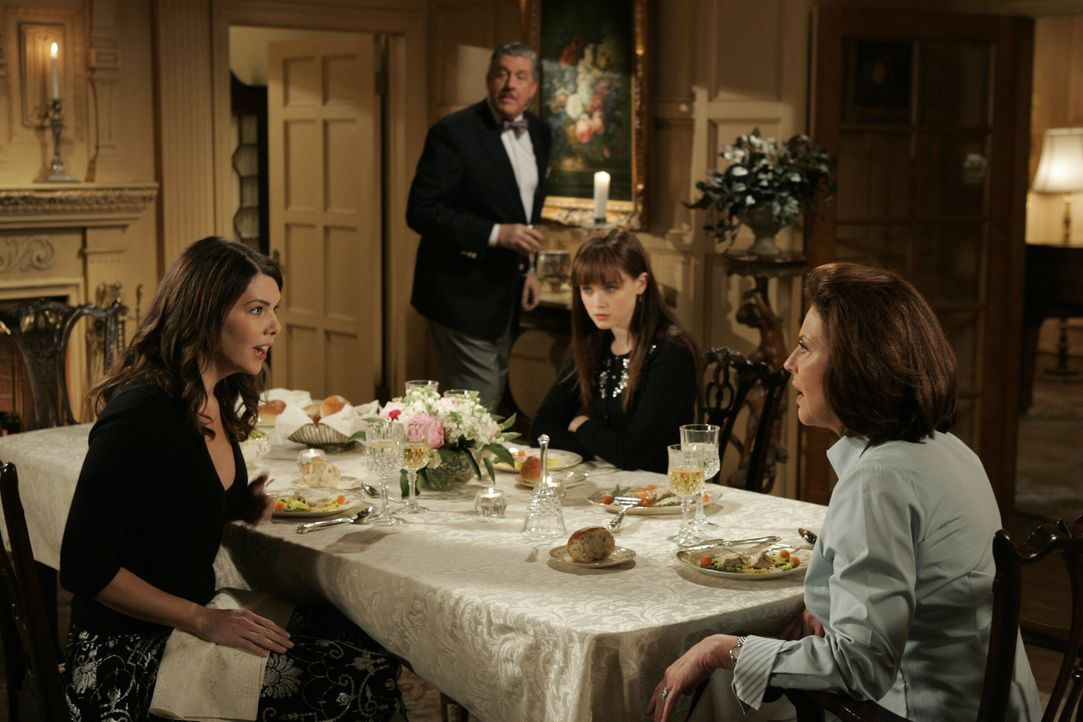 Angespannte Stimmung beim Freitagsdinner: (Im Uhrzeigersinn) Lorelai (Lauren Graham), Richard (Edward Herrmann), Rory (Alexis Bledel) und Emily (Kel... - Bildquelle: Copyright Warner Brother International Television