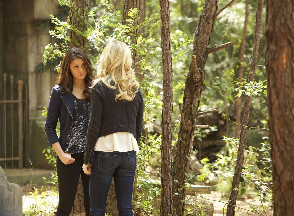 Für Caroline (Candice Accola, r.) und Elena (Nina Dobrev, l.) wird das Leben nie wieder so werden wie früher ... - Bildquelle: Warner Brothers