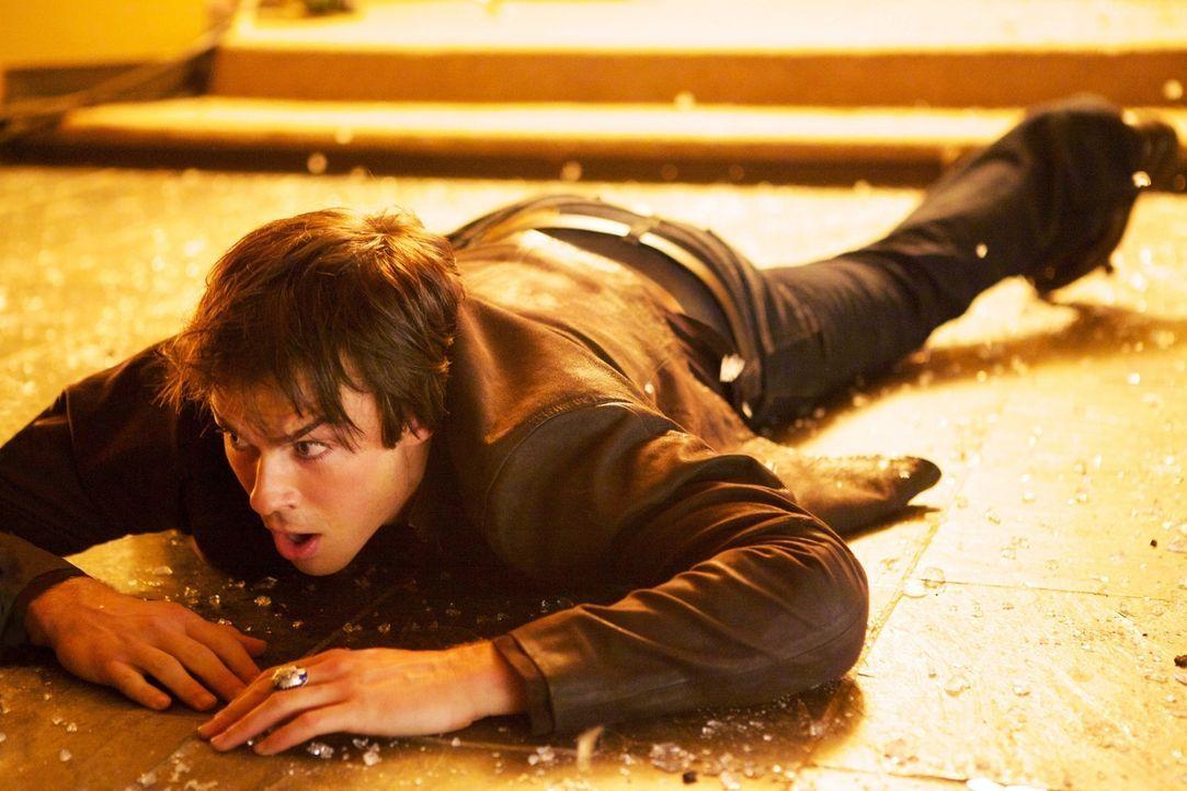 Damon (Ian Somerhalder) begibt sich auf die Spuren des Vampirjägers und erfährt ganz nebenbei wichtige Neuigkeiten ... - Bildquelle: Warner Brothers