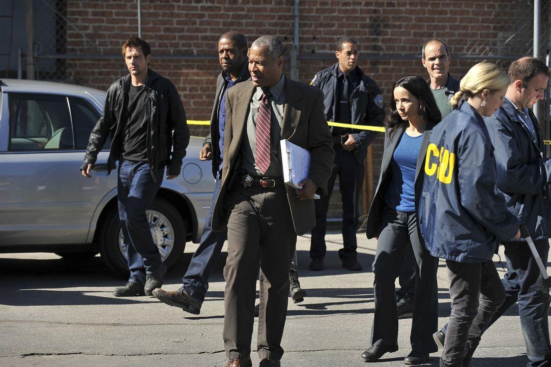 Drei junge Männer werden in einer Nacht mit einem Baseballschläger ermordet. John (Michael Kelly, 3.v.r.), Beth (Janeane Garofalo, 4.v.r.), Sam (For... - Bildquelle: ABC Studios