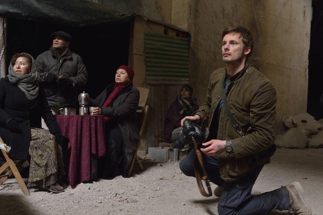 Nach einem schrecklichen Erlebnis im syrischen Kriegsgebiet kehrt der Fotograf Damien Thorn (Bradley James, r.) nach New York zurück, doch auch dort... - Bildquelle: Ben Mark Holzberg 2016 A&E Television Network, LLC. All rights reserved.