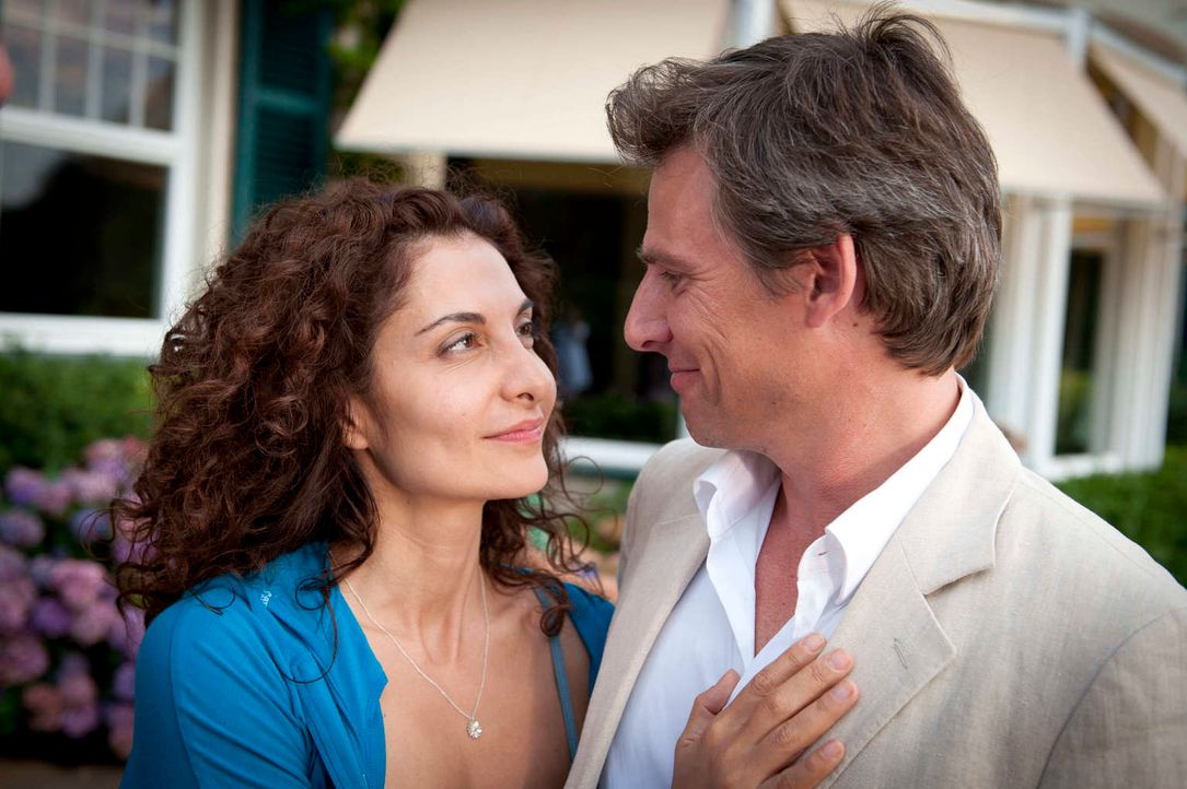 Im Gegensatz zu Mick scheint Tanjas (Proschat Madani, l.) langjähriger Freund Niklas Hold (René Steinke, r.) immer mit ihr auf einer Wellenlänge zu... - Bildquelle: Martin Rottenkolber SAT.1