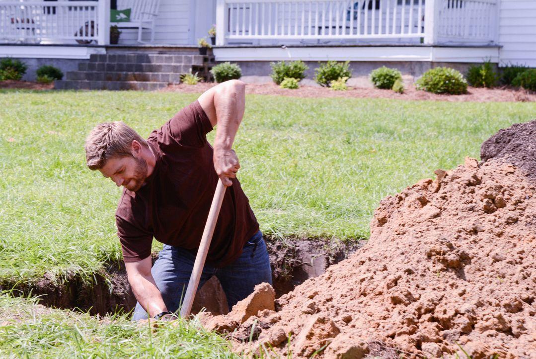 Während Junior am Boden zerstört ist, als er die Wahrheit über den Tod seiner Mutter herausbekommt, kümmert sich Barbie (Mike Vogel) um ein Grab... - Bildquelle: 2013 CBS Broadcasting Inc. All Rights Reserved