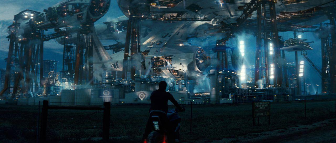An der Sternenflottenakademie lernt Draufgänger Kirk (Chris Pine) den ruhigen Analytiker Spock kennen. Zwischen den beiden unterschiedlichen Jungs e... - Bildquelle: Paramount Pictures