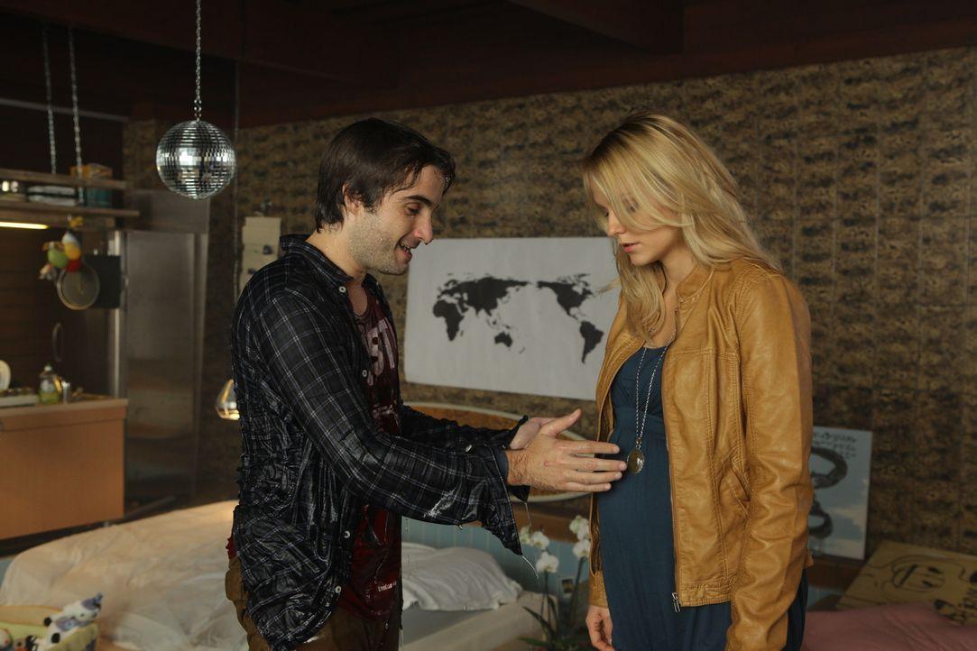 Nach Tommis (Oliver Wnuk, l.) wilder Partynacht trifft Steffi (Mirjam Weichselbraun, r.) eine Entscheidung, die ihr nicht leichtfällt ... - Bildquelle: Petro Domenigg SAT.1