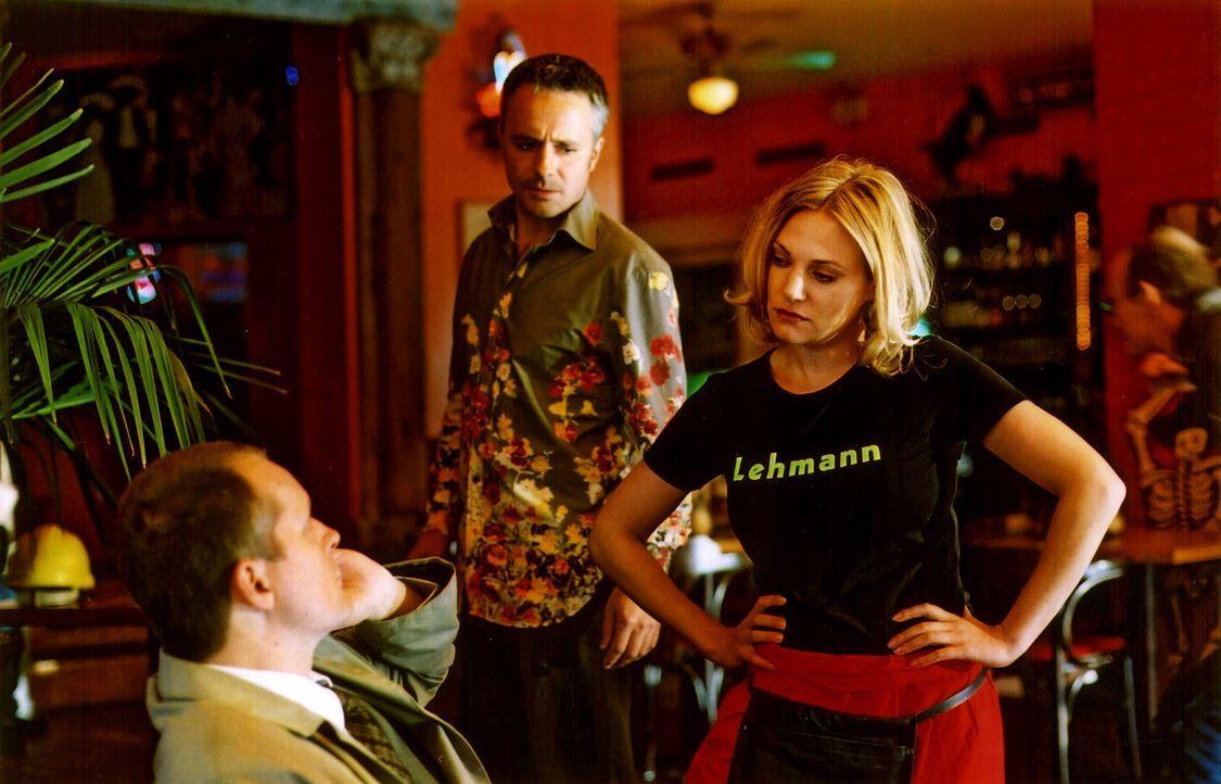 Leslie (Eva Hassmann, r.) arbeitet im Café Lehmann als Aushilfskellnerin. Ihr Job ist ihr verhasst, und so kommt es schon mal vor, dass sie sich mit... - Bildquelle: Sat.1