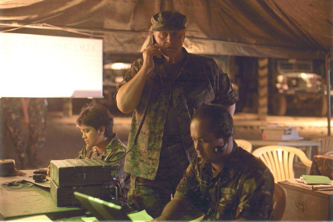 General Frank Lewis (Rutger Hauer, M.) hat eine Truppe zusammengestellt, die Terroristen, die sich bei philippinischen Soldaten versteckt halten, hi... - Bildquelle: 2005 The Pacific Trust. All Rights Reserved.