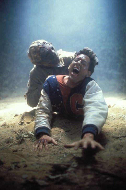 Steven Freeman (John D. LeMay, vorne) schreit verzweifelt: Er ist dem verrückten Killer Jason Voorhees (Kane Hodder, hinten) ausgeliefert ... - Bildquelle: Warner Bros.