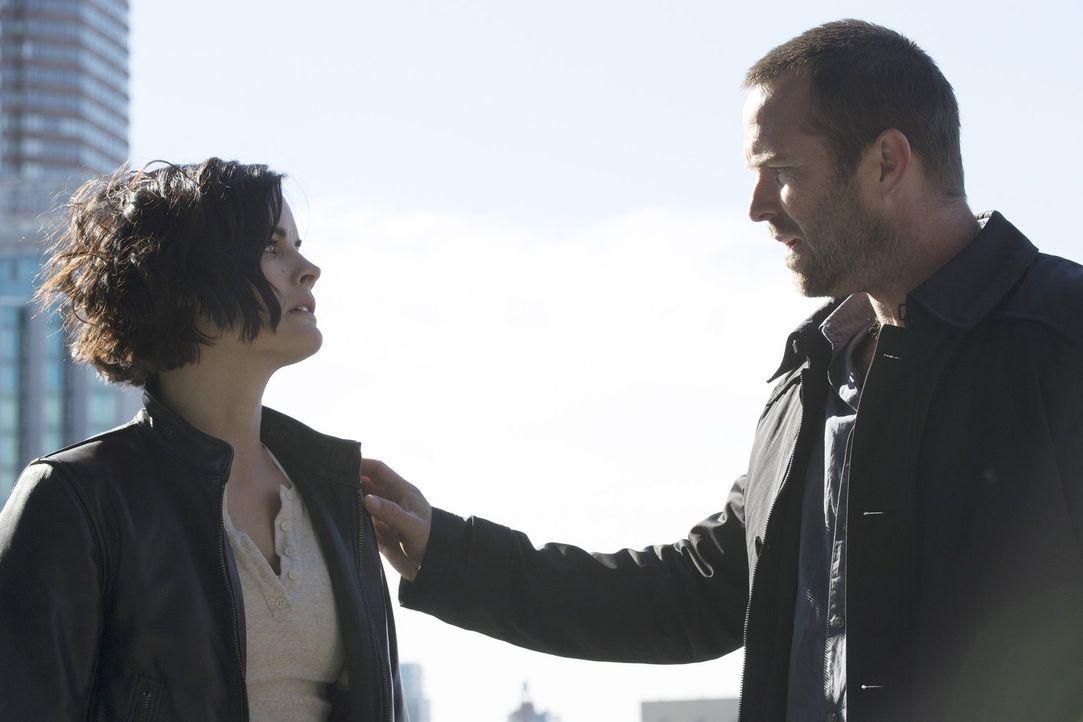 Nach Pattersons Geständnis, David geliebt zu haben, fühlt sich auch Jane (Jaimie Alexander, l.) bemüßigt, Weller (Sullivan Stapleton, r.) ihre wahre... - Bildquelle: Warner Brothers