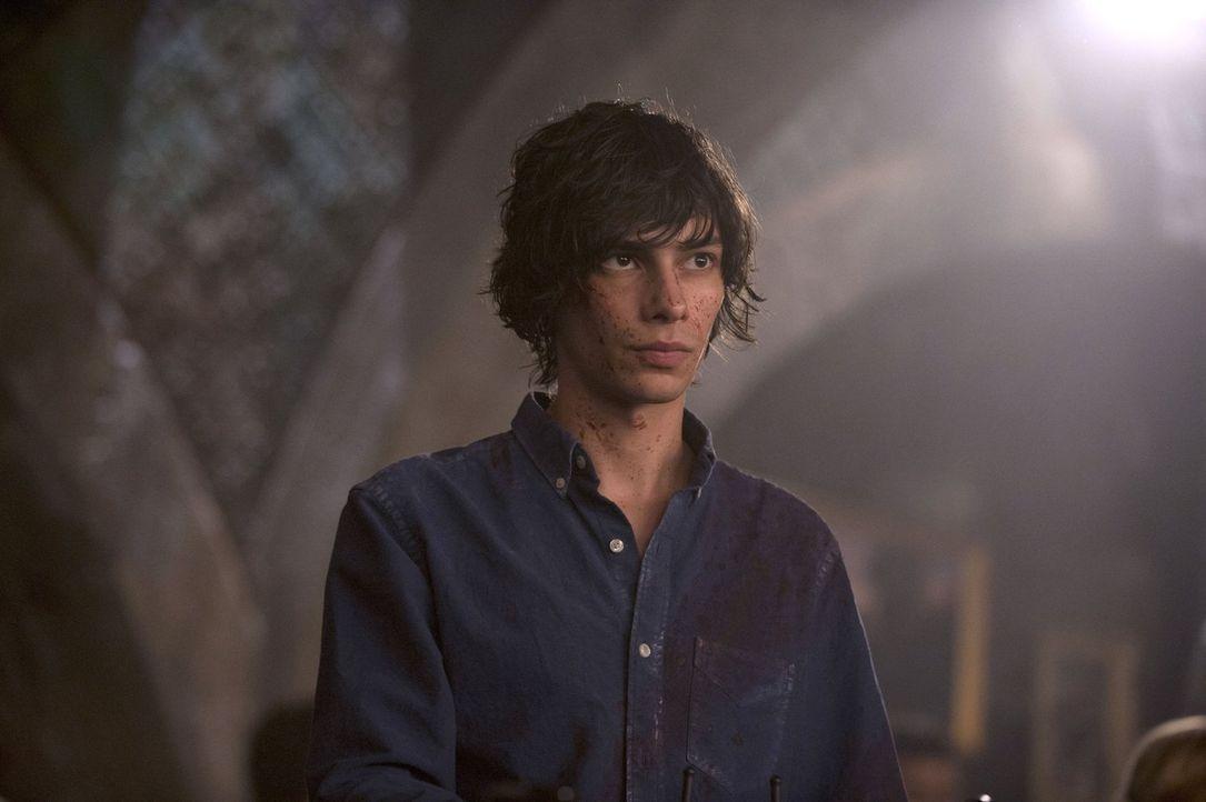 """Während Jasper (Devon Bostick) in """"Mount Weather"""" versucht, die Stricke in der Hand zu behalten, ist Clarke entsetzt über die Folgen ihrer Führungse... - Bildquelle: 2014 Warner Brothers"""
