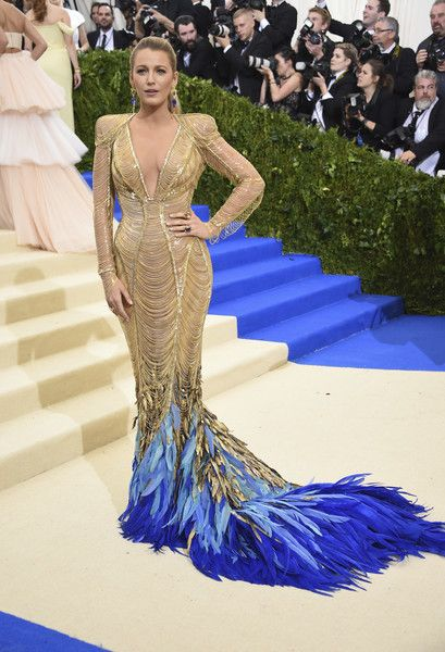 Bild: dpaSchauspielerin Blake Lively hüllte sich in ein gold-blaues Kleid mi...
