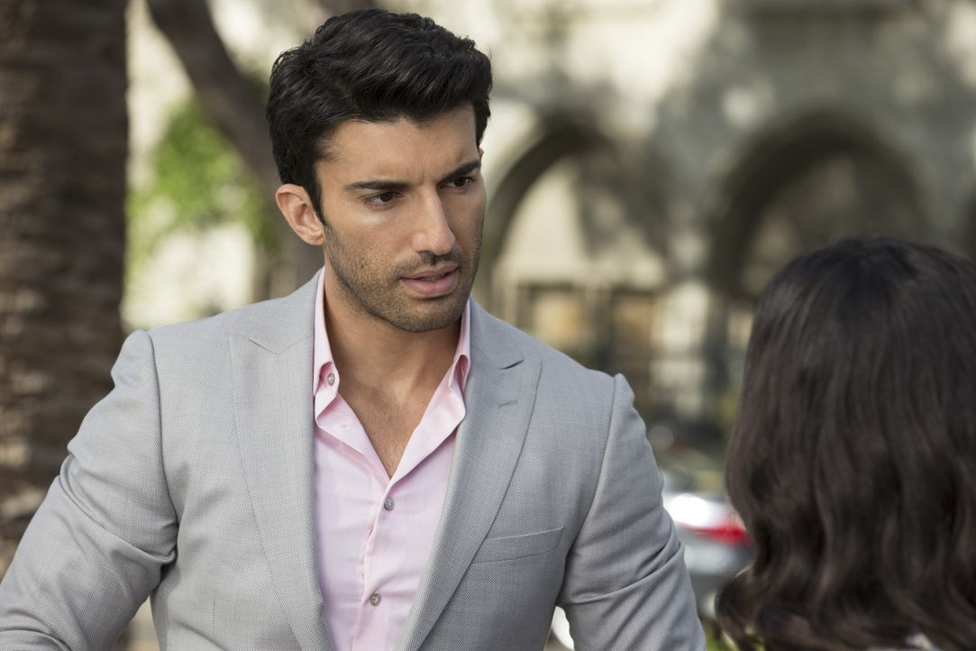 Wie gehen Rafael (Justin Baldoni, l.) und Jane (Gina Rodriguez, r.) damit um, dass Petra schwanger ist? - Bildquelle: Scott Everett White 2015 The CW Network, LLC. All rights reserved.