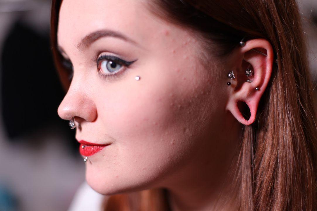 Um zu rebellieren, hat sich Sarah damals Fleischtunnel machen lassen. Heute bereut sie ihre Entscheidung zutiefst, denn ihre Ohren riechen nach Verw... - Bildquelle: Remarkable 2015