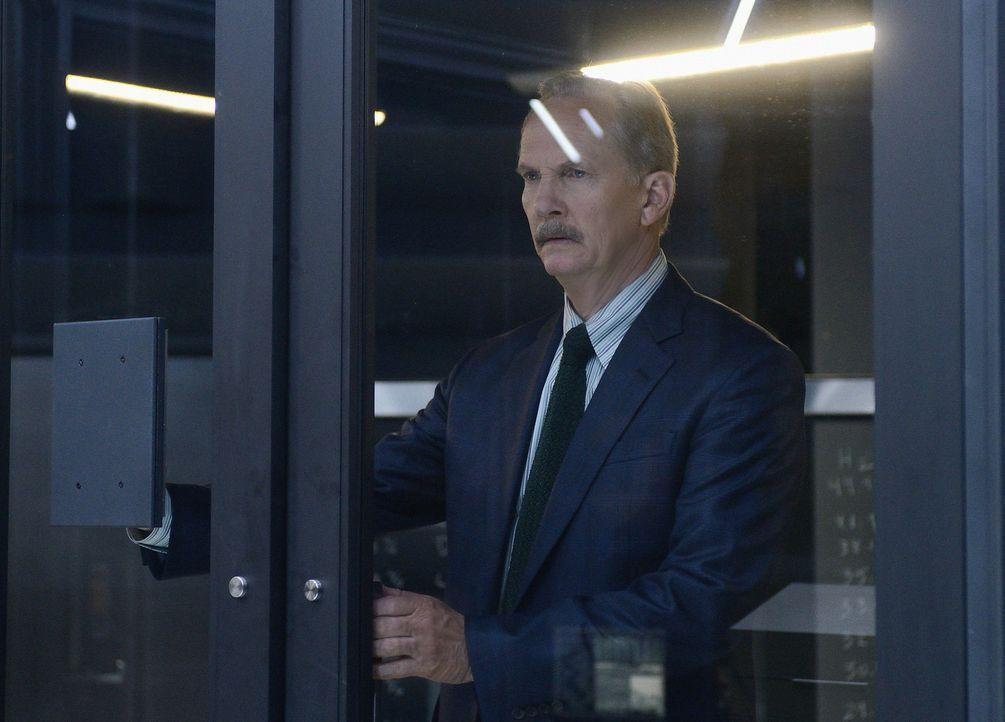 Alan Sparks (Michael O'Neill) ist geschockt: Molly hat erfahren, dass sich seine Tochter umbrachte, um keinen Virus auf die Erde zu bringen ... - Bildquelle: Dale Robinette 2014 CBS Broadcasting, Inc. All Rights Reserved