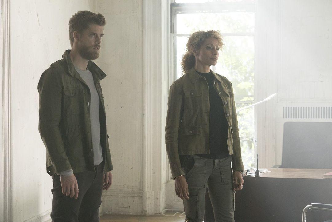 Stehen kurz davor, ihren letzten terroristischen Anschlag auszuführen: Shepherd (Michelle Hurd, r.) und Roman (Luke Mitchell, l.) ... - Bildquelle: Warner Brothers